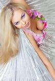 Schönes blondes auf dem weißen Hintergrund Lizenzfreie Stockbilder