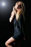 Schönes blondes Baumuster, das mit elegantem Kleid aufwirft Stockfoto
