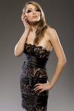 Schönes blondes Baumuster im schwarzen Kleid Stockfoto