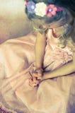 Schönes blondes betendes Mädchen Stockfoto