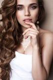 Schönes blondes Brautporträt im Studio Stockbild
