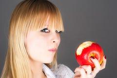 blond, den Apfel beißend Stockbilder