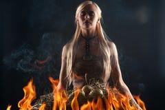Schönes blondes in den Feuerdrachen mit Eiern im Nest Stockfotografie