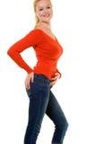 Schönes blondes in der roten Strickjacke Stockfoto