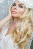 Schönes blondes des Haares eine junge Frau mit grünen Augen Stockfoto
