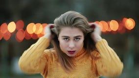 Schönes blondes des Porträts entwickelt das Haar, welches vertikal die Kamera beide im hübschen Lächeln des Spiegels betrachtet stock video footage