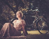 Schönes blondes draußen Lizenzfreie Stockfotografie
