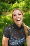 Schönes blondes draußen lachen Lizenzfreie Stockfotografie