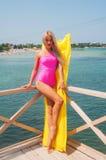 Schönes blondes Ein Sonnenbad nehmen in der Sonne Stockbild