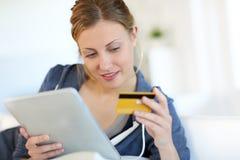 Schönes blondes Einkaufen der jungen Frau auf Internet Lizenzfreies Stockfoto