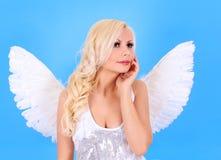 Schönes blondes Engelsmädchen über Blau Lizenzfreie Stockfotografie
