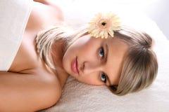 Schönes blondes entspannendes Mädchen Lizenzfreie Stockfotos