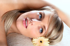 Schönes blondes entspannendes Mädchen Stockfoto