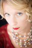 Schönes blondes ernstes Damenporträt Stockbild