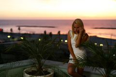 Schönes blondes europäisches Modell, das ein weißes romantisches Kleid trägt lizenzfreie stockbilder