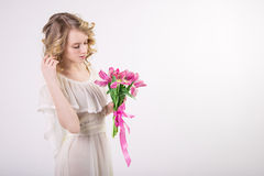 Schönes blondes Frühlingsmädchen mit Blumen Lizenzfreie Stockfotografie