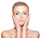 Schönes blondes Frauen-Porträt auf weißem Hintergrund Gesichtsschönheit Stockfotos