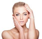 Schönes blondes Frauen-Porträt auf weißem Hintergrund Gesichtsschönheit Lizenzfreie Stockfotos