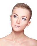 Schönes blondes Frauen-Porträt auf weißem Hintergrund Gesichtsschönheit Stockfotografie