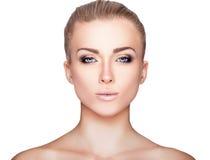 Schönes blondes Frauen-Porträt auf weißem Hintergrund Gesichtsschönheit Stockfoto