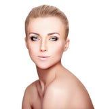 Schönes blondes Frauen-Porträt auf weißem Hintergrund Gesichtsschönheit Stockbild
