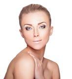 Schönes blondes Frauen-Porträt auf weißem Hintergrund Gesichtsschönheit Lizenzfreies Stockbild