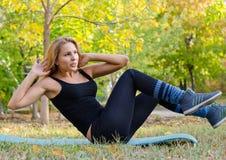 Schönes blondes Frauen-Trainieren Lizenzfreies Stockfoto