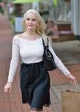 Schönes blondes Fraueneinkaufen Lizenzfreies Stockfoto