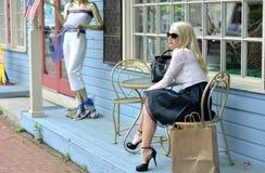 Schönes blondes Fraueneinkaufen Lizenzfreie Stockfotografie