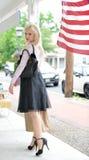 Schönes blondes Fraueneinkaufen Lizenzfreie Stockfotos