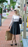 Schönes blondes Fraueneinkaufen Stockfotos