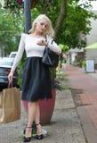 Schönes blondes Fraueneinkaufen Stockbilder