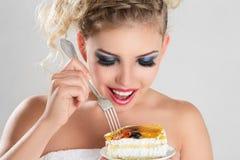 Schönes blondes Frauenessen Stockbild