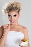 Schönes blondes Frauenessen Lizenzfreies Stockfoto