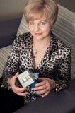 Schönes blondes Frauenholdinggeschenk Lizenzfreie Stockfotografie