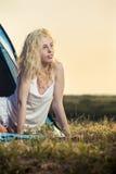 Schönes blondes Frauenkampieren Stockfotografie
