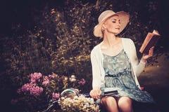 Schönes blondes Frauenlesebuch Stockfotos