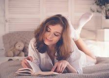 schönes blondes Frauenlesebuch im Bett Entspannendes Konzept Lizenzfreies Stockfoto
