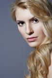 Schönes blondes Frauennahaufnahmeportrait Stockfoto
