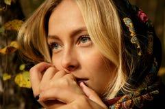 Schönes blondes Frauenporträt im Wald mit grünem und gelbem Baumhintergrund Lizenzfreie Stockfotografie