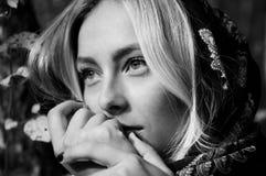 Schönes blondes Frauenporträt im Wald mit Suppengrün, Querstation Lizenzfreies Stockbild