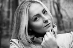 Schönes blondes Frauenporträt im Wald, Schwarzweiss Lizenzfreie Stockfotografie