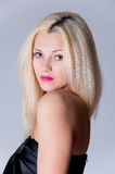 Schönes blondes Frauenporträt und gerades langes Haar Stockbild