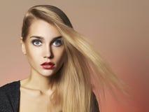 Schönes blondes Frauenportrait Stockbild