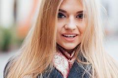 Schönes blondes Gesicht, das draußen in der Straße lacht Lizenzfreies Stockbild
