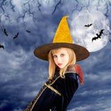 Schönes blondes Halloween-Kindmädchen im Mondhimmel Stockbild