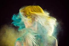 Schönes blondes in holi Farben Lizenzfreie Stockfotografie