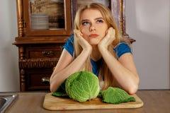 Schönes blondes houswife in der Küche Lizenzfreies Stockbild