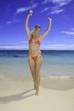 Schönes blondes im Bikini auf Strand Lizenzfreies Stockfoto