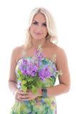 Schönes blondes im Kleid mit den Sommerblumen lokalisiert auf Weiß Lizenzfreies Stockfoto